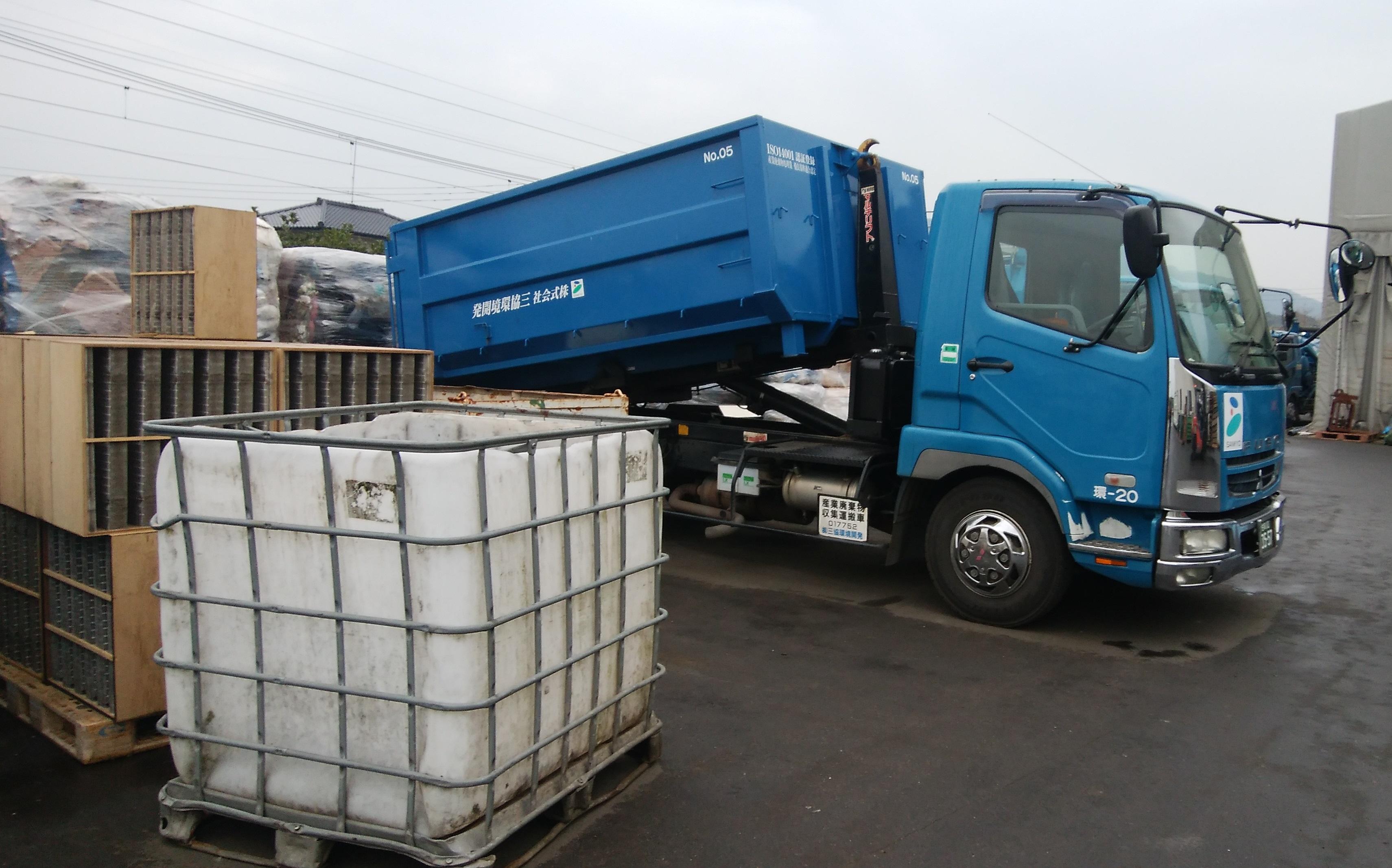 トラックの荷台は全自動なので身体への負担は少ないです!